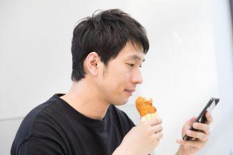 唐揚げ食べる男性